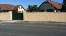 Mur de Clôture en Blocs ELCO Coffrants Parement Clivé Ton Jaune Paille