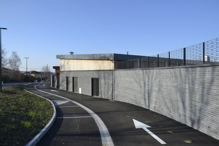 Maison de quartier à Villefontaine (38) / Agence Loup Ménigoz à Chambéry (73) : 1.200 m² de Briques BlocStar Am90 anthracites dont 3/4 en parement lisse et 1/4 en par parement Clivé)